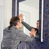 kleben-statt-bohren-spiegel-montage-mit-kleber-2